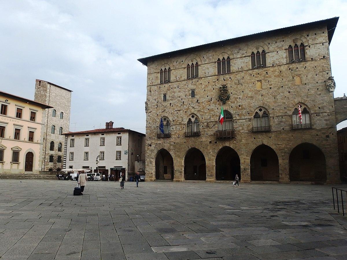 File:Pistoia, Piazza del Duomo (4).jpg - Wikimedia Commons