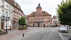 Place de la Republique avec l,Hôtel de la ville et le Restaurant du Cygne, Wissembourg (Alsace, France).jpg