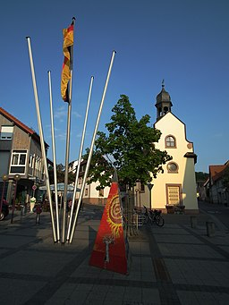 Platz vor Rathaus mit Gemeindebücherei