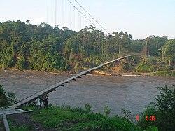 Puente colgante peatonal construido artesanalmente.jpg