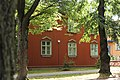 Punainen talo ja puita Puu-Käpylässä.jpg