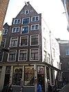 foto van Hoekhuis met voorgevel aan de Grimburgwal onder punttop, een omlopende winkelpui