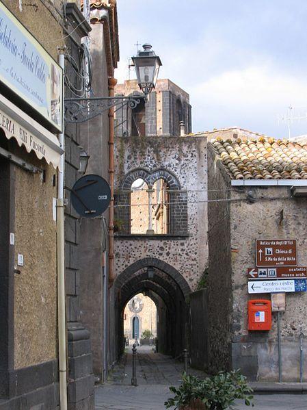File:Randazzo - Via degli archi.jpg