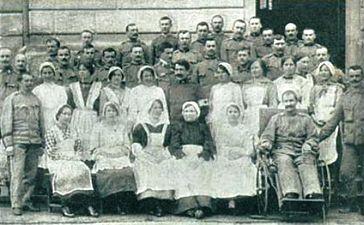 Ranjenci in prostovoljne bolniške strežnice v bolnišnici Rdečega križa v Zagorju ob Savi.jpg