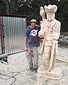 Robert Wyskiel rzeźbi postać Johna Silvera z powieści Roberta Louisa Stevensona Wyspa skarbów.jpg