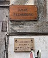 Rue Fécauderie (Auxerre) - panneau et plaques poteaux corniers.jpg