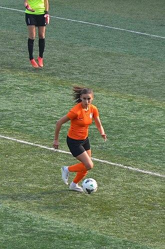 Seda Nur İncik - Seda Nur İncik driving the ball for 1207 Antalya Muratpaşa Belediyespor in the 2015-16 season's away match against Kireçburnu Spor.