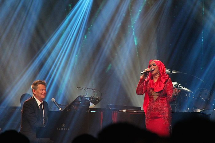"Siti Nurhaliza performing I Will Always Love You with David Foster during his ""David Foster and Friends"" concert, in conjunction with ""Sapurakencana Petroleum Malaysia Grand Prix Gala Dinner & Concert 2014"" on 27 March. Siti Nurhaliza and David Foster - David Foster and Friends.jpg"