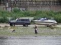 Smíchov, člun za autem na pobřeží.jpg