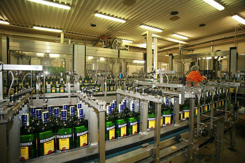 File:Stáčecí linka v továrně Jan Becher - Karlovarská Becherovka.jpg