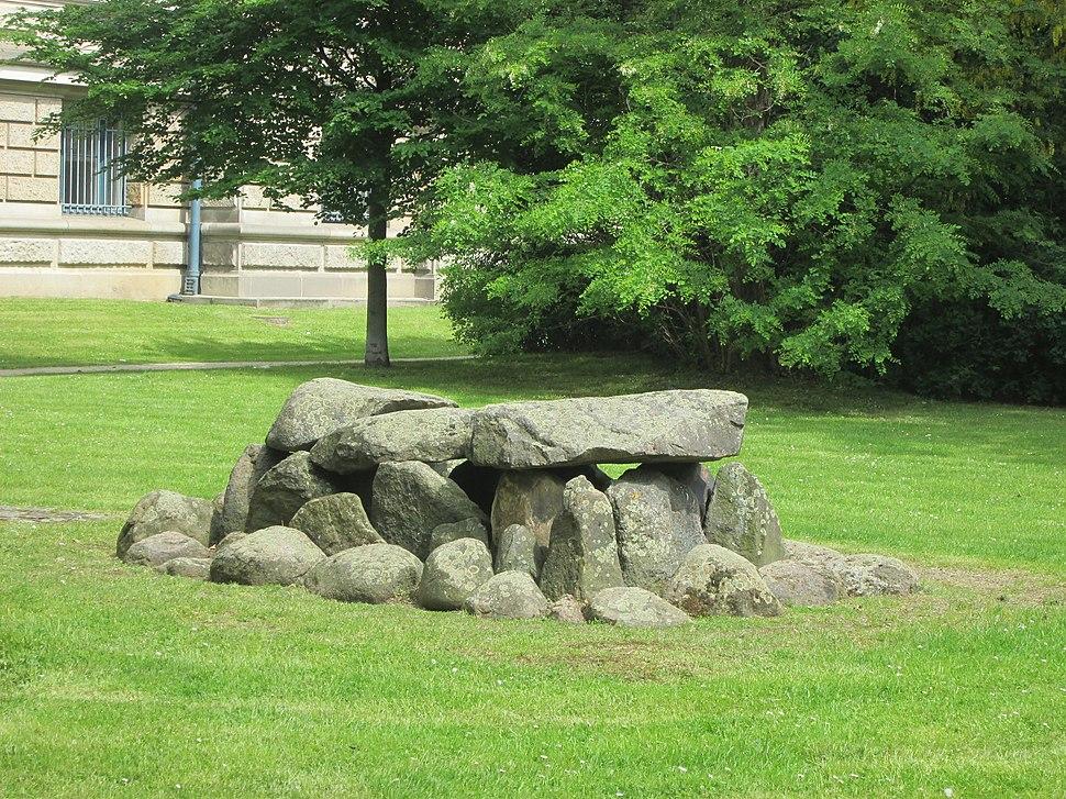 Steinkistengrab von Anderlingen (Ldkr. Rotenburg-Wümme) - Hannover-Mitte Grünfläche südlich des Landesmuseums - panoramio (1)