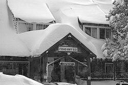Strawberry Lodge dopo una tempesta invernale, di fronte a US Route 50