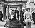 Studenten bieden koningin Juliana een cadeau aan, Bestanddeelnr 911-2023.jpg