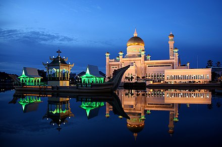 Sultan Omar Ali Saifuddin Mosque at night. Sultan Omar Ali Saifuddin Mosque 02.jpg