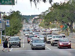 Foto på den højt trafikerede Monroe Street, Tallahassee