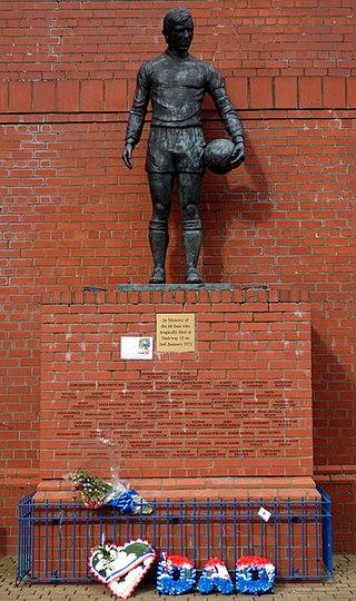 Sebuah monumen dibangun untuk menghormati para korban meninggal akibat robohnya tangga stadion