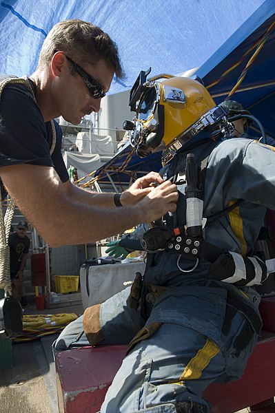 File:US Navy 100715-N-2831C-034 Chief Navy Diver Bryan Williams, assigned to company 2-6 of Mobile Diving and Salvage Unit (MDSU) 2.jpg