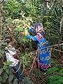 Une jeune mère accompagnée de son fils à la recherche des médicaments traditionnels.jpg