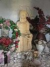 foto van Sint Annakapel. Gebouwtje met zadeldak tussen twee topgevels; een korfboogingang, waarboven een steen met o.a. het jaartal, en twee ronde zijvenstertjes