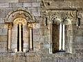 Ventana románica geminada en la iglesia de Rebolledo de la Torre.jpg