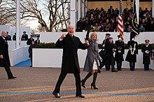 Biden accompagnato dalla moglie durante la parata inaugurale del 2012