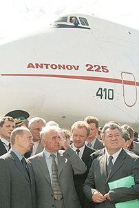 Посетители выставки «МАКС» у Ан-225, 2001 год