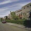 Voorzijde woonhuizen waarvan de balkons zijn overdekt met pergola's - Haarlem - 20407148 - RCE.jpg