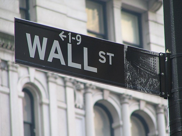 640px Wall Street Sign アメリカ史上初のデフォルトが懸念される。世界恐慌再現の恐れも。