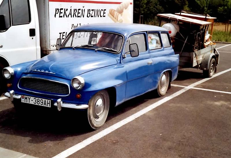 800px-%C5%A0koda_Oktavia_Kombi_mit_Heckflossen_Alltagsfahrzeug_in_Slowakei_2005