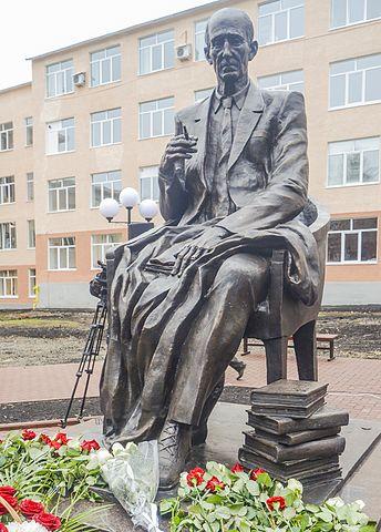 Памятник М.М.Бахтину в Саранске