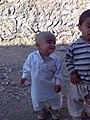 دیوار سنگی و حیاط خاکی با بچه های شلوغ در شیرآبادلاشار.JPG