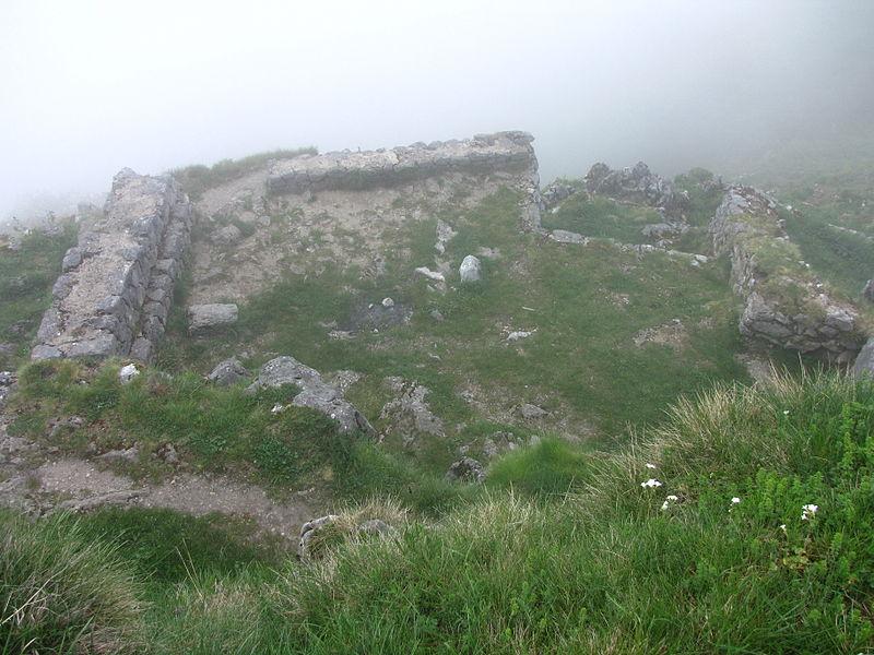 Ruines de bâtiments cathares dans la brume, sur les flancs du pog de Montségur