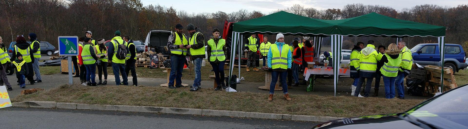 Gilets jaunes installés sur un carrefour à Menoncourt (Territoire de Belfort) le 25 novembre. Source : Thomas Bresson — Travail personnel (CC BY 4.0)