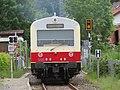 AIMG 4693 Gomadingen Zug am Bahnübergang.jpg