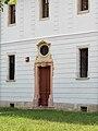 A kastély épület, vörösmészkő ajtókeret, szemöldökén feliratos kartussal, 2018 Majkpuszta.jpg