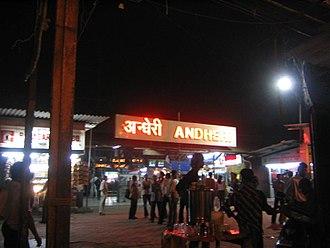 Andheri - Image: Andheri station at night