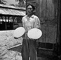 Arbeider met twee schijven geperste kokos bij het kokosverwerwerkingsbedrijf Lea, Bestanddeelnr 252-5706.jpg