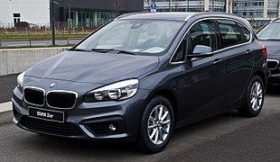 BMW 218i Active Tourer Advantage (F45) %E2%80%93 Frontansicht, 15. M%C3%A4rz 2015, D%C3%BCsseldorf.jpg