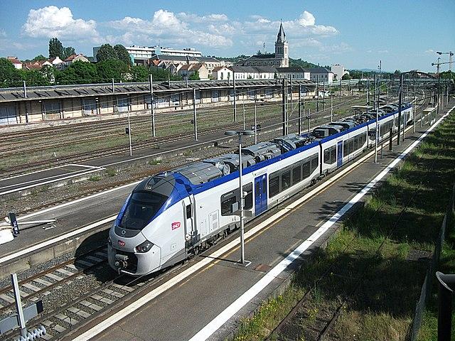 Cet automoteur Régiolis, livré quelques mois plus tôt, est engagé sur un TER en direction de Clermont-Ferrand (27 mai 2017)