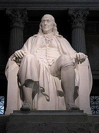 Sedící socha Benjamina Franklina z bílého mramoru