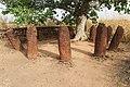 Boom met een cirkel van zware stenen Wassu monument Gambia.jpg