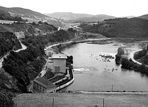 Rur Dam - Talsperre Schwammenauel 1956, luftseitig mit Blick auf den Grundablass, das Kraftwerk und die Rur Richtung Heimbach