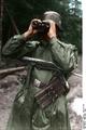 Bundesarchiv Bild 101I-146-1545-30, Russland, Soldat mit MP durch Fernglas schauend Recolored.png