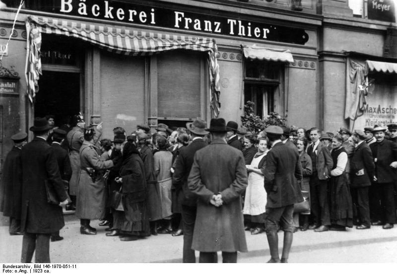 Bundesarchiv Bild 146-1970-051-11, Berlin, Menschenmenge vor Bäckerei