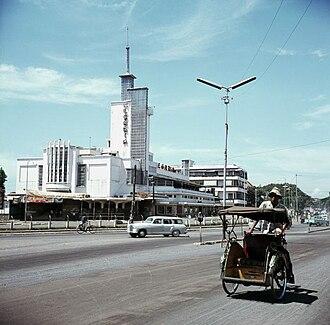 Cinema of Indonesia - Image: COLLECTIE TROPENMUSEUM Becak bij bioscoop Megaria T Mnr 20018029