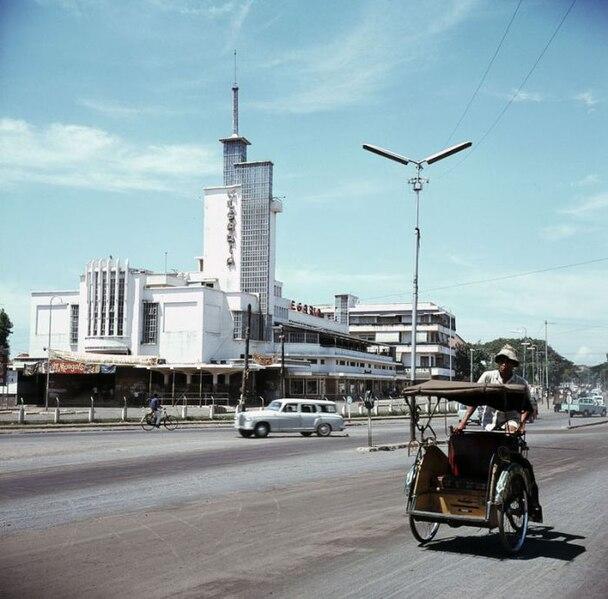 608px COLLECTIE TROPENMUSEUM Becak bij bioscoop Megaria TMnr 20018029 Menengok Pesona Kota Jakarta Tahun 1970 an