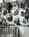 COLLECTIE TROPENMUSEUM Dajak objecten op de Jubileumtentoonstelling in het museum van het Koloniaal Instituut TMnr 60054493.jpg
