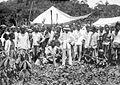 COLLECTIE TROPENMUSEUM Een groep mensen uit Ambon met de Regent van Batoemerah te Tengahtengah TMnr 10005861.jpg
