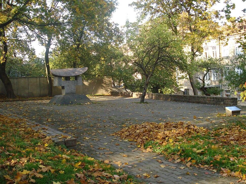 Chiune Sugihara monument in Vilnius3