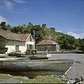 Collectie Nationaal Museum van Wereldculturen TM-20030059 Ruines van de oude pakhuizen op het strand, op de voorgrond vissersboten. Sint Eustatius Boy Lawson (Fotograaf).jpg